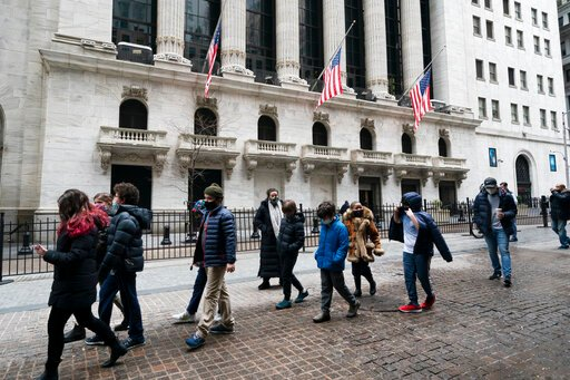 Gains for bank stocks help lead major US indexes higher