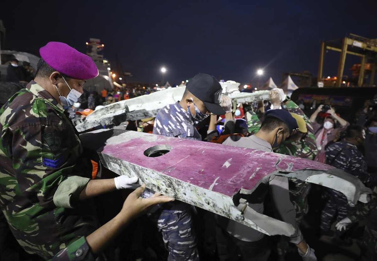 indonesia intensifies search for crashed planes black boxes 2021 01 10 7 primaryphoto